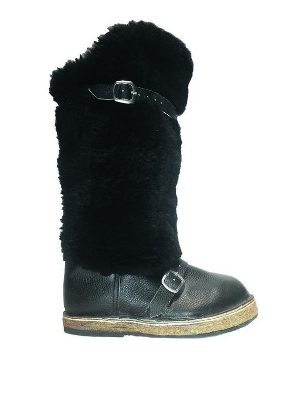 Обувь нужно защищать от пыли, воды, воздействия солнечных лучей, чтобы она не выцвела и не деформировалась, в процессе хранения.